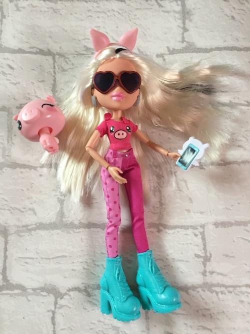 bratz-instapets-cloe-doll-wearing-accessories